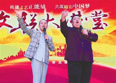 中国广播说唱团的付强和万宇表演相声《口是心非》.     强强 摄-顺义